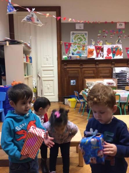 Op school brengen Sint en Piet cadeautjes naar de kinderen, dus we probeerden in de klas zelf pakjes te maken, zoals zwarte piet.